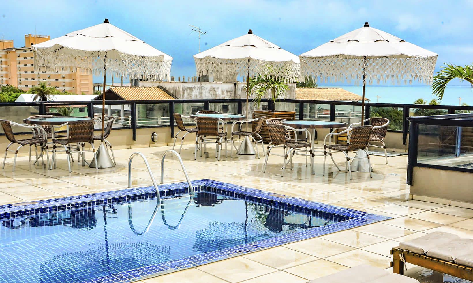 Área de lazer com piscina na cobertura do hotel